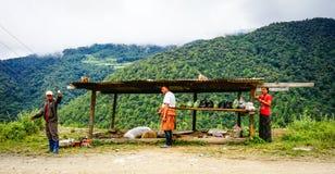 Άνθρωποι που πωλούν τα φρούτα στο δρόμο βουνών στο Μπουτάν Στοκ Φωτογραφία