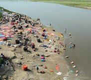 Άνθρωποι που πλένουν και που ξεραίνουν τα ενδύματα σε Agra, Ινδία Στοκ Εικόνες