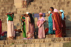 Άνθρωποι που πλένουν τα ενδύματά τους στον ποταμό του Γάγκη, Varanasi, Ινδία Στοκ Φωτογραφίες