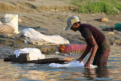 Άνθρωποι που πλένουν τα ενδύματά τους στον ποταμό του Γάγκη, Varanasi, Ινδία Στοκ Φωτογραφία