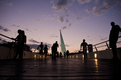 Άνθρωποι που σκιαγραφούνται agains το ηλιοβασίλεμα Στοκ Φωτογραφίες