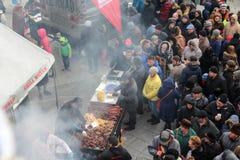 Άνθρωποι που στέκονται στη γραμμή για τα τρόφιμα στοκ εικόνες