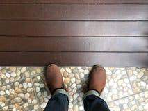 Άνθρωποι που στέκονται στο ξύλινο πάτωμα και το πάτωμα κεραμιδιών Στοκ εικόνα με δικαίωμα ελεύθερης χρήσης