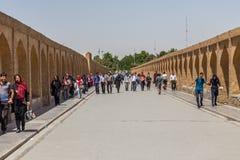 Άνθρωποι που στηρίζονται κοντά στην αρχαία γέφυρα Si-ο-Seh POL Στοκ Φωτογραφίες