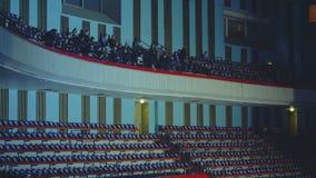Άνθρωποι που στο μπαλκόνι της αίθουσας μεγάλων ακροατηρίων απόθεμα βίντεο