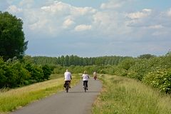 Άνθρωποι που στο embankent Scheldt του ποταμού, Φλαμανδική περιοχή στοκ φωτογραφία
