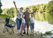Άνθρωποι που στρατοπεδεύουν και που αλιεύουν, οικογένεια ενεργοί στη φύση, αλιεία στο δόλωμα, ποταμός και δασικός, θερινή περίοδο Στοκ Εικόνα