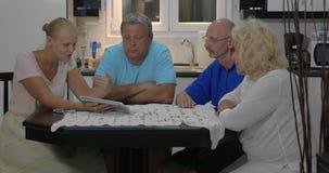 Άνθρωποι που συζητούν στο σπίτι κάποιο ζήτημα που χρησιμοποιεί την ψηφιακή ταμπλέτα φιλμ μικρού μήκους