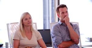 Άνθρωποι που συμμετέχουν στην επιχειρησιακή συνεδρίαση στο σύγχρονο ανοικτό γραφείο σχεδίων απόθεμα βίντεο