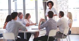 Άνθρωποι που συμμετέχουν στην επιχειρησιακή συνεδρίαση στο σύγχρονο ανοικτό γραφείο σχεδίων φιλμ μικρού μήκους