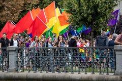 Άνθρωποι που συμμετέχουν στην υπερηφάνεια της Πράγας - μια μεγάλη ομοφυλοφιλική & λεσβιακή υπερηφάνεια στοκ εικόνα με δικαίωμα ελεύθερης χρήσης