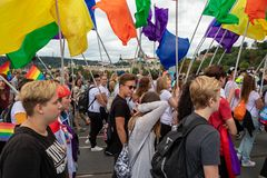 Άνθρωποι που συμμετέχουν στην υπερηφάνεια της Πράγας - μια μεγάλη ομοφυλοφιλική & λεσβιακή υπερηφάνεια στοκ εικόνες