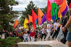 Άνθρωποι που συμμετέχουν στην υπερηφάνεια της Πράγας - μια μεγάλη ομοφυλοφιλική & λεσβιακή υπερηφάνεια στοκ εικόνα