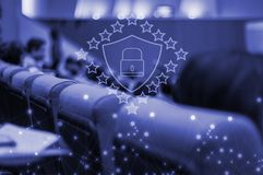 Άνθρωποι που συναντούν την ομάδα αιθουσών συμβάσεων, με την ασφάλεια εικονιδίων τεχνολογίας cyber, τεχνολογικές πρόοδοι έννοιας σ στοκ φωτογραφίες με δικαίωμα ελεύθερης χρήσης