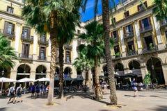 Άνθρωποι που συλλέγουν σε βασιλικό τετραγωνικό Placa Reial ή πραγματικό Plaza καλά - γνωστό τουριστικό αξιοθέατο της Βαρκελώνης Στοκ φωτογραφίες με δικαίωμα ελεύθερης χρήσης
