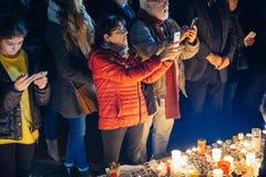 Άνθρωποι που συλλέγουν στην αλληλεγγύη με τα θύματα από τις επιθέσεις του Παρισιού Στοκ εικόνα με δικαίωμα ελεύθερης χρήσης