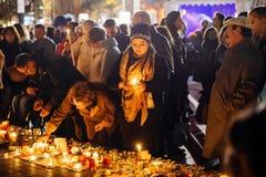 Άνθρωποι που συλλέγουν στην αλληλεγγύη με τα θύματα από τις επιθέσεις του Παρισιού Στοκ εικόνες με δικαίωμα ελεύθερης χρήσης