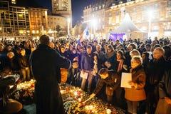 Άνθρωποι που συλλέγουν στην αλληλεγγύη με τα θύματα από τις επιθέσεις του Παρισιού Στοκ φωτογραφίες με δικαίωμα ελεύθερης χρήσης