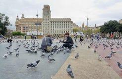 Άνθρωποι που ταΐζουν τα περιστέρια στην Καταλωνία Plaza, Βαρκελώνη Στοκ εικόνες με δικαίωμα ελεύθερης χρήσης