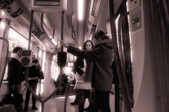 Άνθρωποι που ταξιδεύουν σε ένα αυτοκίνητο 10 καροτσακιών στοκ εικόνα με δικαίωμα ελεύθερης χρήσης