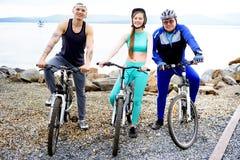 Άνθρωποι που ταξιδεύουν σε ένα ποδήλατο Στοκ Φωτογραφίες