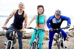 Άνθρωποι που ταξιδεύουν σε ένα ποδήλατο Στοκ Φωτογραφία