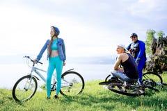 Άνθρωποι που ταξιδεύουν σε ένα ποδήλατο Στοκ Εικόνα