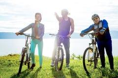 Άνθρωποι που ταξιδεύουν σε ένα ποδήλατο Στοκ Εικόνες