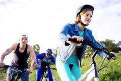 Άνθρωποι που ταξιδεύουν σε ένα ποδήλατο Στοκ εικόνες με δικαίωμα ελεύθερης χρήσης