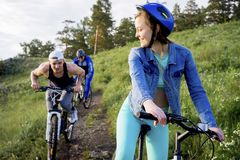Άνθρωποι που ταξιδεύουν σε ένα ποδήλατο Στοκ φωτογραφία με δικαίωμα ελεύθερης χρήσης