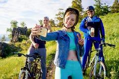 Άνθρωποι που ταξιδεύουν σε ένα ποδήλατο Στοκ φωτογραφίες με δικαίωμα ελεύθερης χρήσης
