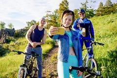 Άνθρωποι που ταξιδεύουν σε ένα ποδήλατο Στοκ εικόνα με δικαίωμα ελεύθερης χρήσης