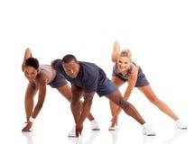 Άνθρωποι που τεντώνουν την άσκηση στοκ φωτογραφίες