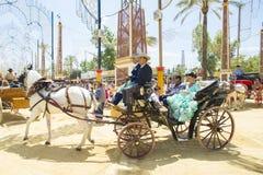 Άνθρωποι που τοποθετούνται σε ένα άλογο μεταφορών Στοκ εικόνες με δικαίωμα ελεύθερης χρήσης