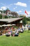 Άνθρωποι που τρώνε και που κάνουν ηλιοθεραπεία σε ένα εστιατόριο στο ST Moritz Στοκ εικόνες με δικαίωμα ελεύθερης χρήσης