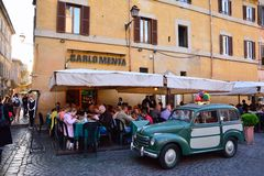Άνθρωποι που τρώνε τα παραδοσιακά ιταλικά τρόφιμα Στοκ φωτογραφία με δικαίωμα ελεύθερης χρήσης