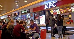 Άνθρωποι που τρώνε το γρήγορο γεύμα από τηγανισμένο το το Κεντάκυ εστιατόριο κοτόπουλου απόθεμα βίντεο
