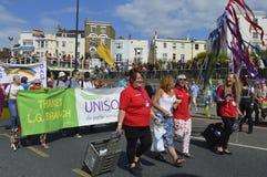 Άνθρωποι που φέρνουν τις σημαίες και τα εμβλήματα στη ζωηρόχρωμη παρέλαση υπερηφάνειας Margate ομοφυλοφιλική Στοκ εικόνες με δικαίωμα ελεύθερης χρήσης