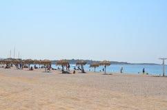 Άνθρωποι που χαλαρώνουν στην ευρωπαϊκή παραλία στοκ εικόνα