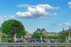 Άνθρωποι που χαλαρώνουν στους κήπους παλατιών και Tuileries του Λούβρου στο Παρίσι Στοκ Φωτογραφία