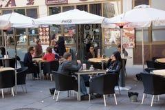 Άνθρωποι που χαλαρώνουν και που πίνουν σε ένα πεζούλι Στοκ φωτογραφία με δικαίωμα ελεύθερης χρήσης