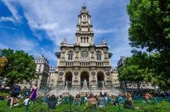 Άνθρωποι που χαλαρώνουν κατά τη διάρκεια του μεσημεριανού γεύματος στο τετράγωνο sainte-Trinite στο Παρίσι Στοκ Φωτογραφία