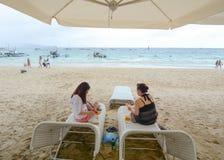 Άνθρωποι που χαλαρώνουν κατά τη διάρκεια των διακοπών στην παραλία Boracay Στοκ Εικόνα