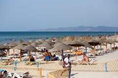 Άνθρωποι που χαλαρώνουν στην ιδιωτική αμμώδη τυνησιακή παραλία Στοκ Φωτογραφία