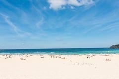 Άνθρωποι που χαλαρώνουν στην παραλία Bondi μια ηλιόλουστη ημέρα στοκ φωτογραφίες