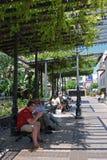 Άνθρωποι που χαλαρώνουν στη πλατεία της πόλης, Fuengirola Στοκ φωτογραφίες με δικαίωμα ελεύθερης χρήσης