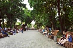 Άνθρωποι που χαλαρώνουν στους πάγκους του δημοφιλούς πάρκου Shevchenko σε Kyiv Στοκ εικόνες με δικαίωμα ελεύθερης χρήσης