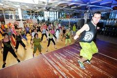 Άνθρωποι που χορεύουν κατά τη διάρκεια της ικανότητας κατάρτισης Zumba σε μια γυμναστική στοκ φωτογραφία