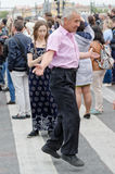 Άνθρωποι που χορεύουν στην οδό στην απόδοση σφαιρών υπηκοοτήτων Στοκ Εικόνες