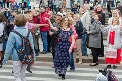 Άνθρωποι που χορεύουν στην οδό στην απόδοση σφαιρών υπηκοοτήτων Στοκ Εικόνα